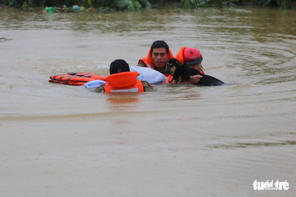 Nước lên nhanh có chỗ 3 mét, dân Quảng Bình tất tả chạy lũ - Ảnh 4.