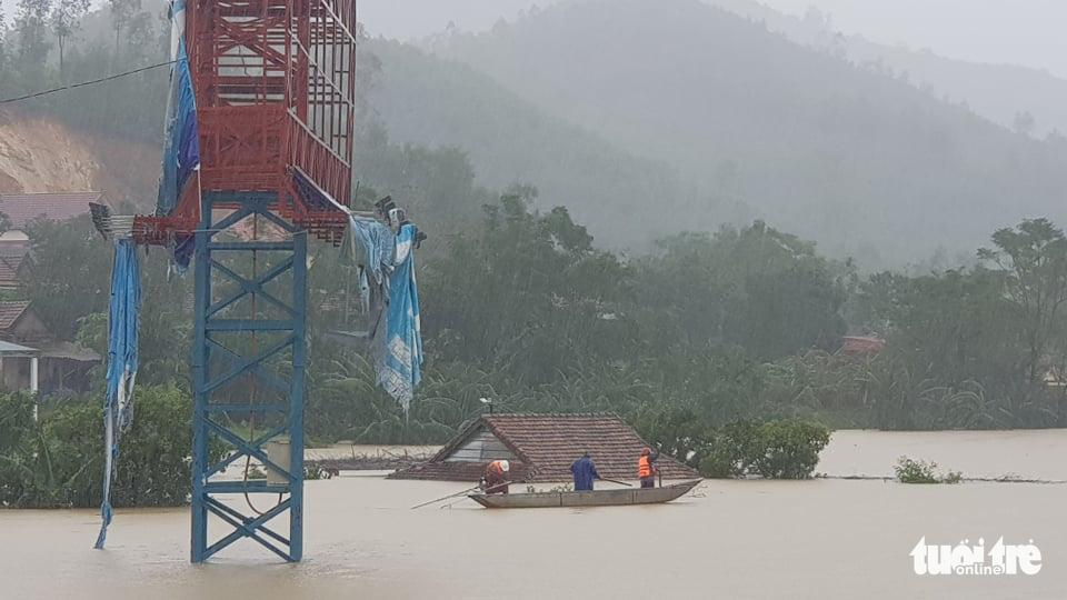 Nước lên nhanh có chỗ 3 mét, dân Quảng Bình tất tả chạy lũ - Ảnh 12.
