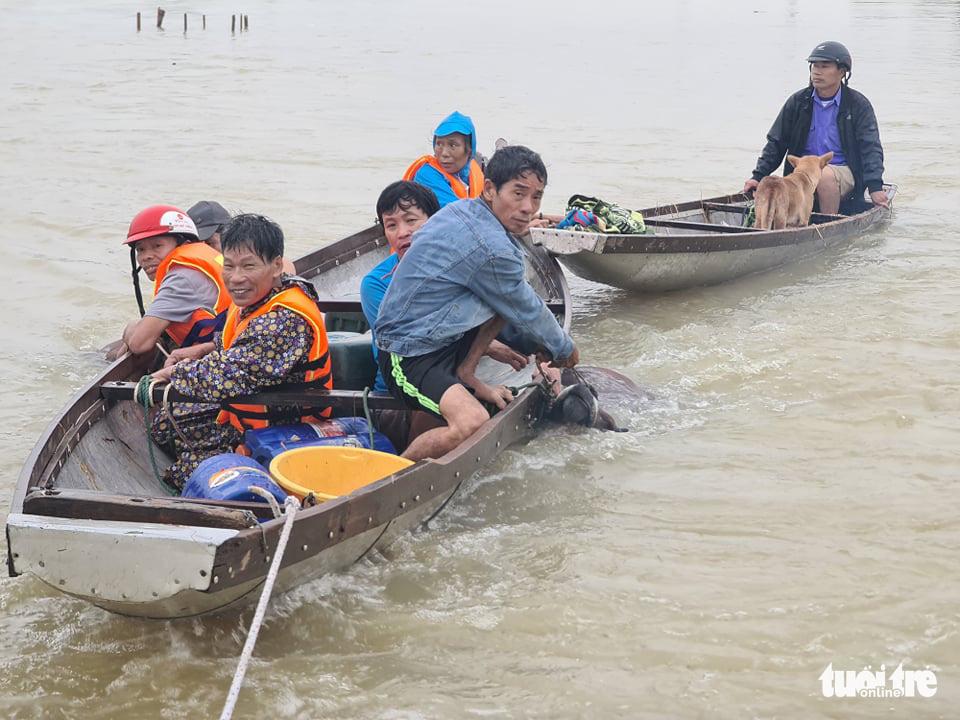 Nước lên nhanh có chỗ 3 mét, dân Quảng Bình tất tả chạy lũ - Ảnh 8.