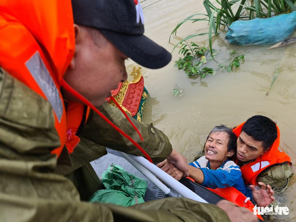 Nước lên nhanh có chỗ 3 mét, dân Quảng Bình tất tả chạy lũ - Ảnh 1.
