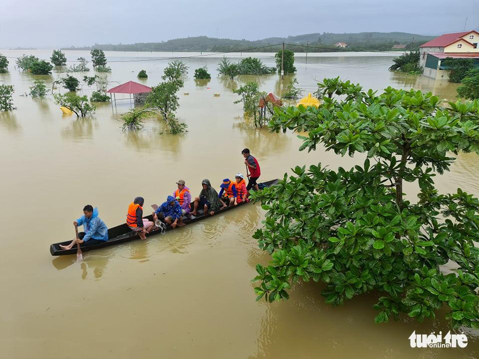 Nước lên nhanh có chỗ 3 mét, dân Quảng Bình tất tả chạy lũ - Ảnh 3.