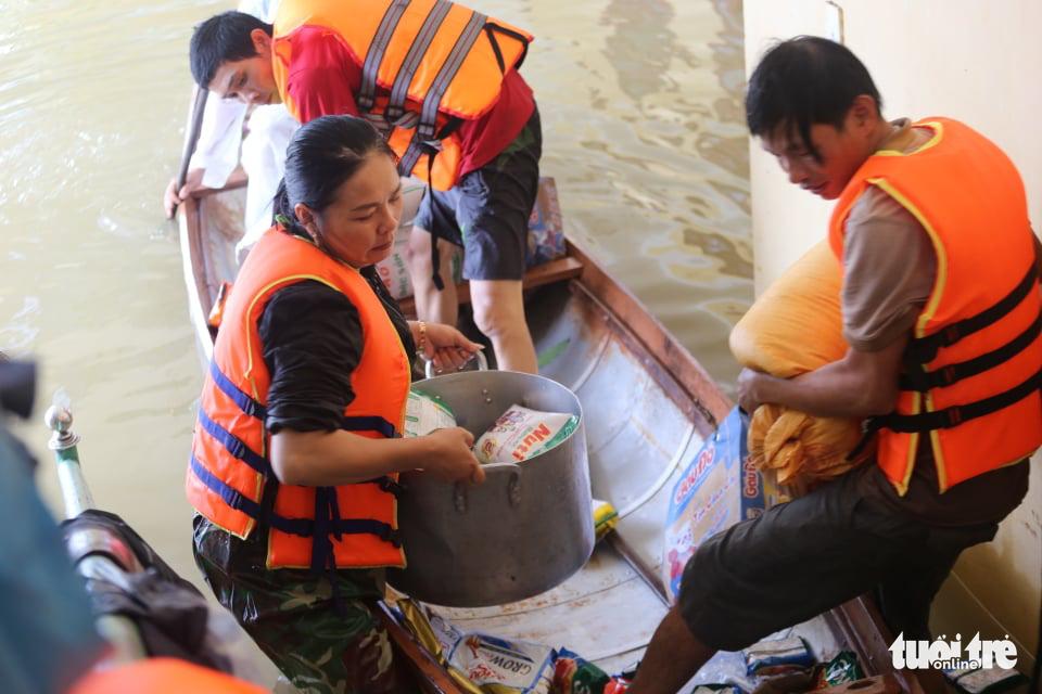 Nước lên nhanh có chỗ 3 mét, dân Quảng Bình tất tả chạy lũ - Ảnh 2.