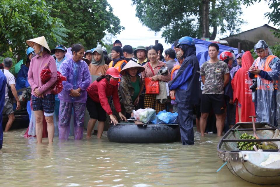 Nước lên nhanh có chỗ 3 mét, dân Quảng Bình tất tả chạy lũ - Ảnh 7.