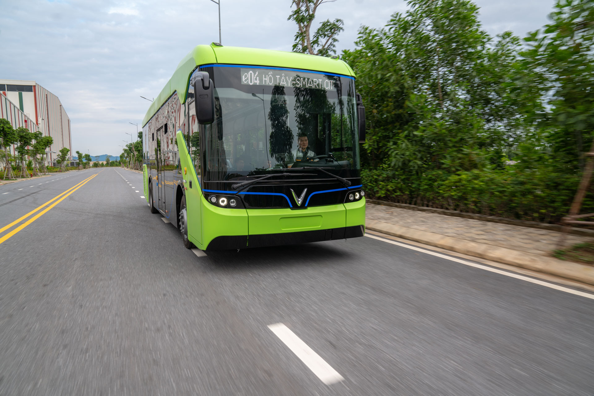 Chạy thử nghiệm xe buýt điện. Ảnh: B.C