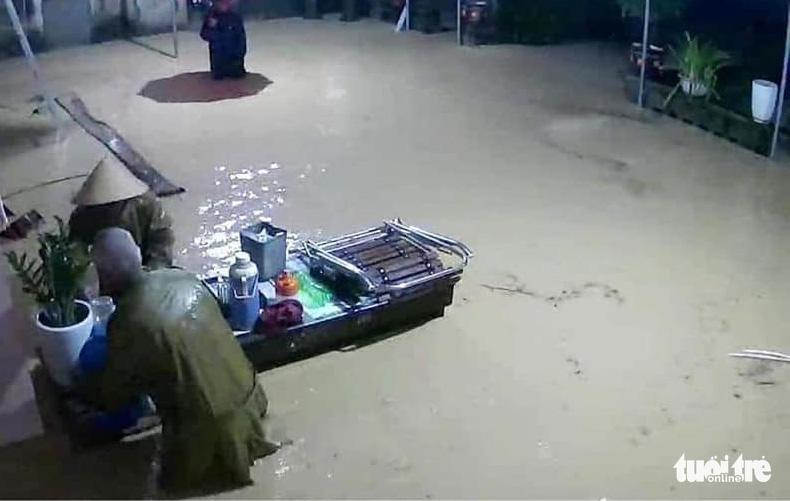 Mưa lớn dồn dập, nhà dân Nghệ An ngập tới nóc, huy động xe cứu hỏa cứu người - Ảnh 5.