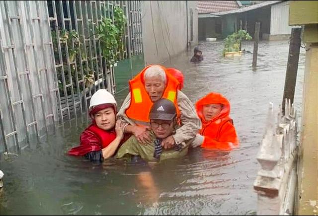 Mưa lớn dồn dập, nhà dân Nghệ An ngập tới nóc, huy động xe cứu hỏa cứu người - Ảnh 3.