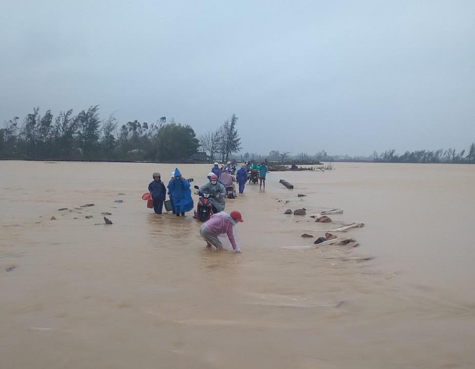Mưa lớn, nhiều tuyến đường Quảng Nam ngập sâu trong nước - Ảnh 1.