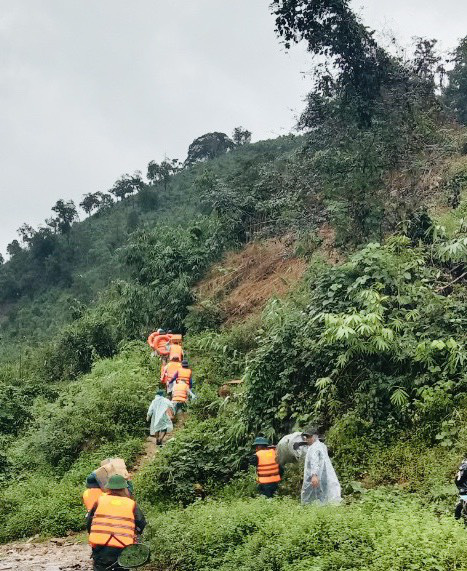Đoàn du khách bị kẹt trên núi Tà Giang đã xuống núi gặp được người nhà - Ảnh 2.