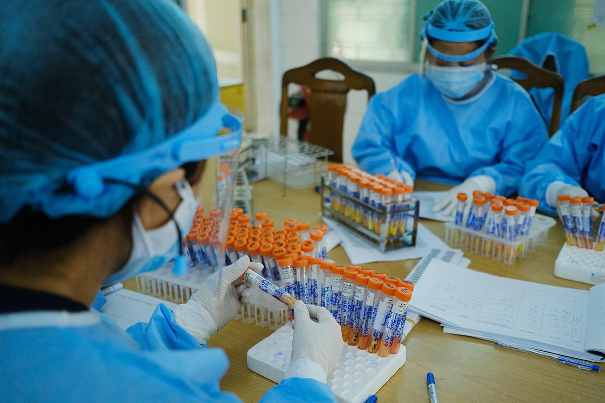 Tiếp nhận mẫu xét nghiệm tìm virus corona tại CDC Đà Nẵng