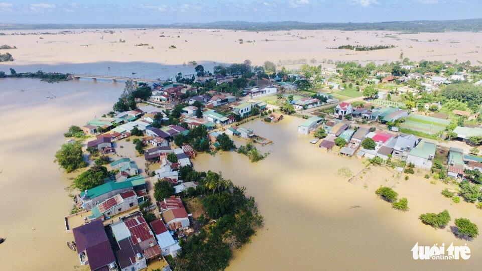 Nắng đẹp, cao nguyên Đắk Lắk vẫn ngập, dân dọn nhà chạy lũ - Ảnh 2.
