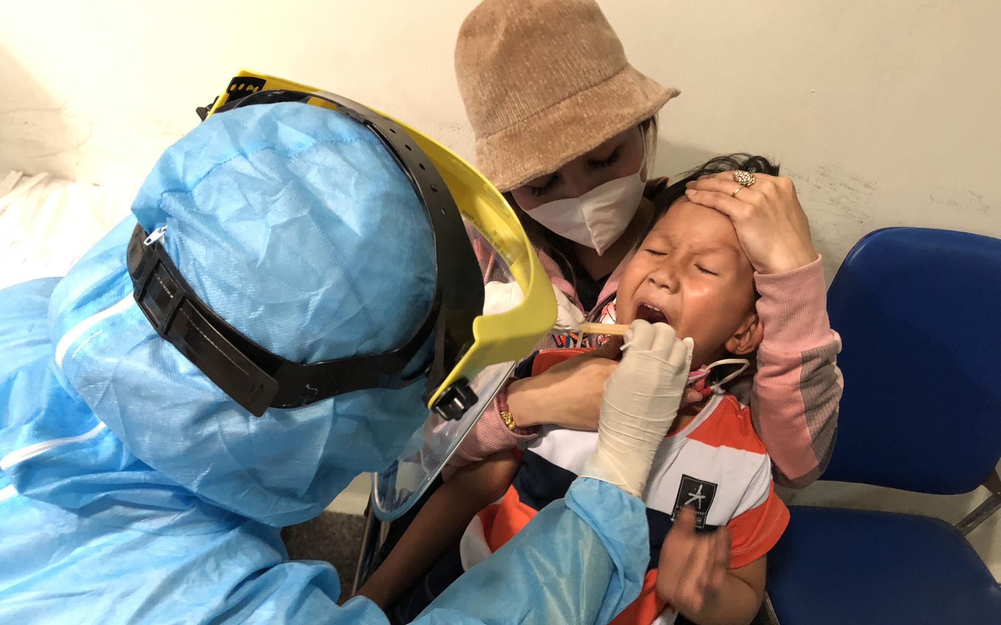 Mất 2-3 giờ chờ khai báo y tế, lấy mẫu xét nghiệm ở Tân Sơn Nhất