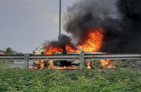 Xe 7 chỗ mới mua cháy rụi trên cao tốc TP.HCM - Trung Lương - Ảnh 1.