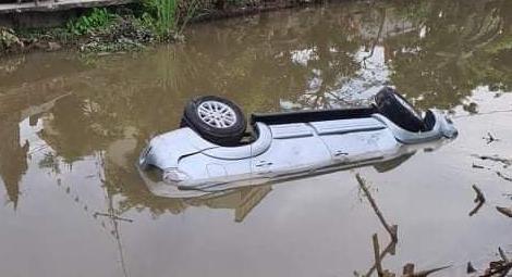 Ôtô lao xuống sông lúc nửa đêm, 2 người chết - Ảnh 1.