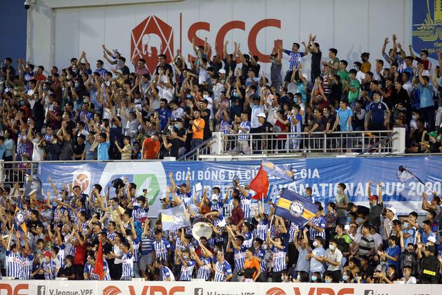 5.000 khán giả trên sân Bà Rịa - Vũng Tàu hò reo với chiến thắng đội nhà - Ảnh 4.