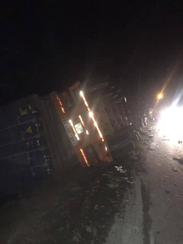 Xe 16 chỗ biển số Khánh Hòa bị xe container đè, giám đốc, thư ký và tài xế chết - Ảnh 3.