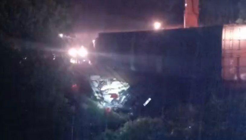 Xe 16 chỗ biển số Khánh Hòa bị xe container đè, giám đốc, thư ký và tài xế chết - Ảnh 8.