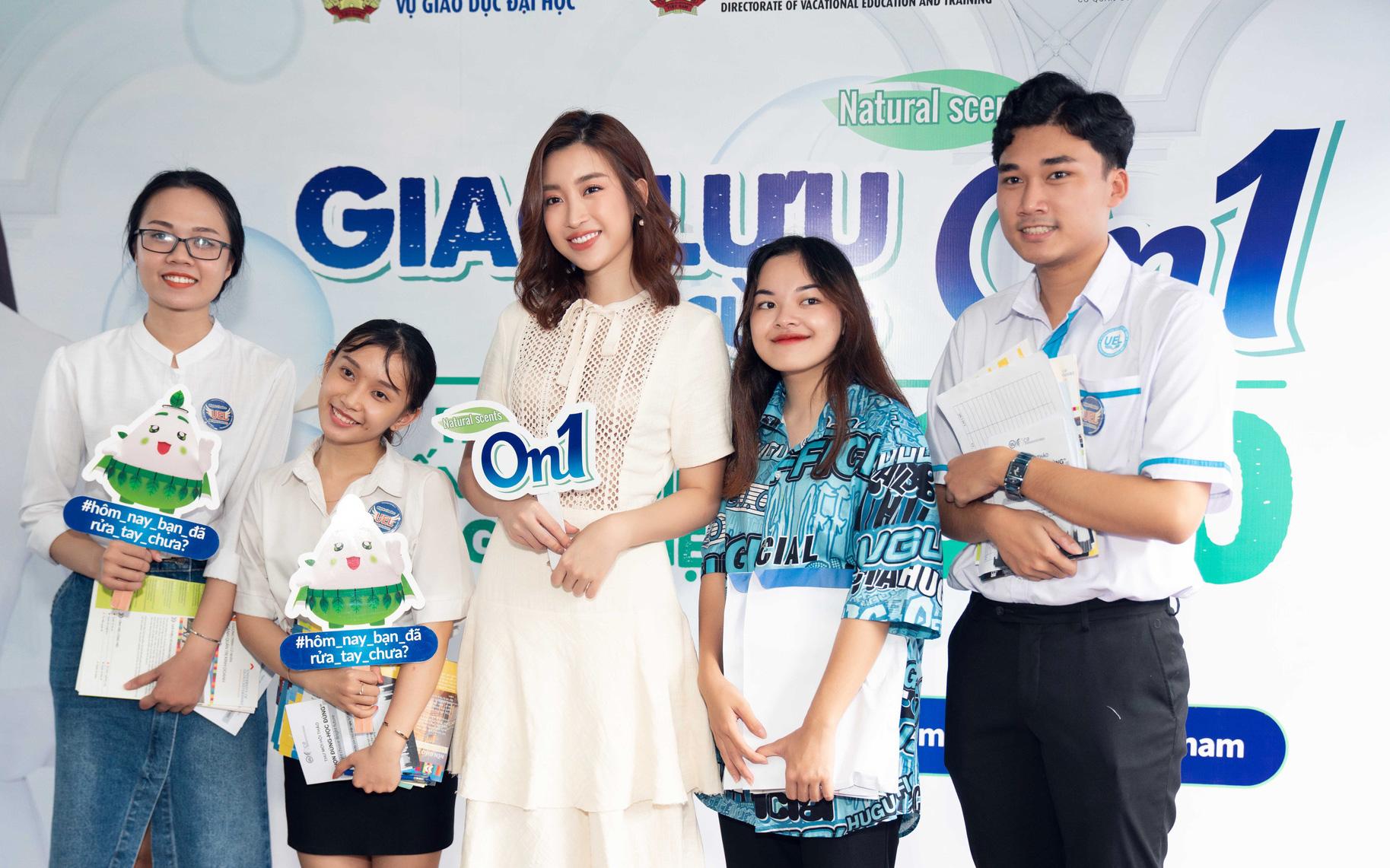 Hoa hậu Đỗ Mỹ Linh và Lương Thùy Linh giao lưu tại Ngày hội tư vấn tuyển sinh hướng nghiệp 2020