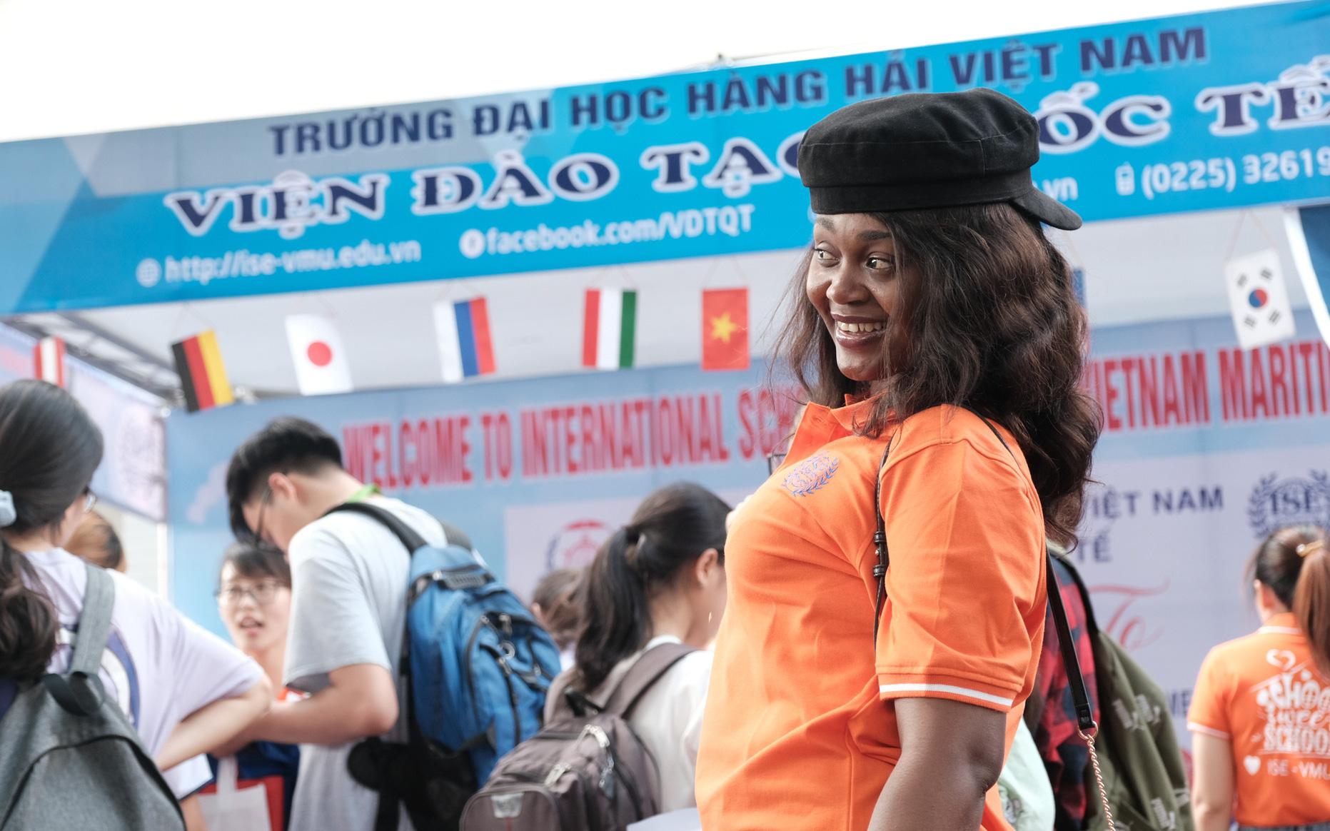 Bất ngờ vì sinh viên nước ngoài đi tư vấn tuyển sinh