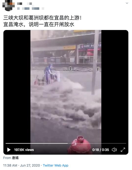 Ngập lụt gần đập Tam Hiệp, xe hơi bị nhấn chìm không mở được cửa để thoát - Ảnh 2.