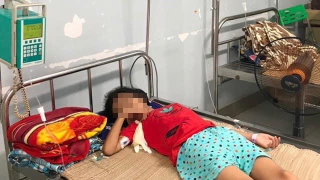 Bé gái 11 tuổi nguy kịch vì uống trúng acid rửa bình ắc quy mua ở cổng trường - Ảnh 1.