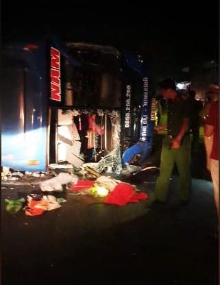 Lại xe khách giường nằm lật nghiêng trên quốc lộ, nhiều người bị thương - Ảnh 2.