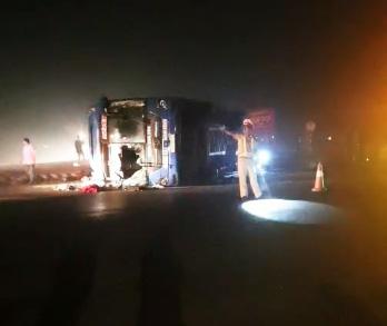 Lại xe khách giường nằm lật nghiêng trên quốc lộ, nhiều người bị thương - Ảnh 4.