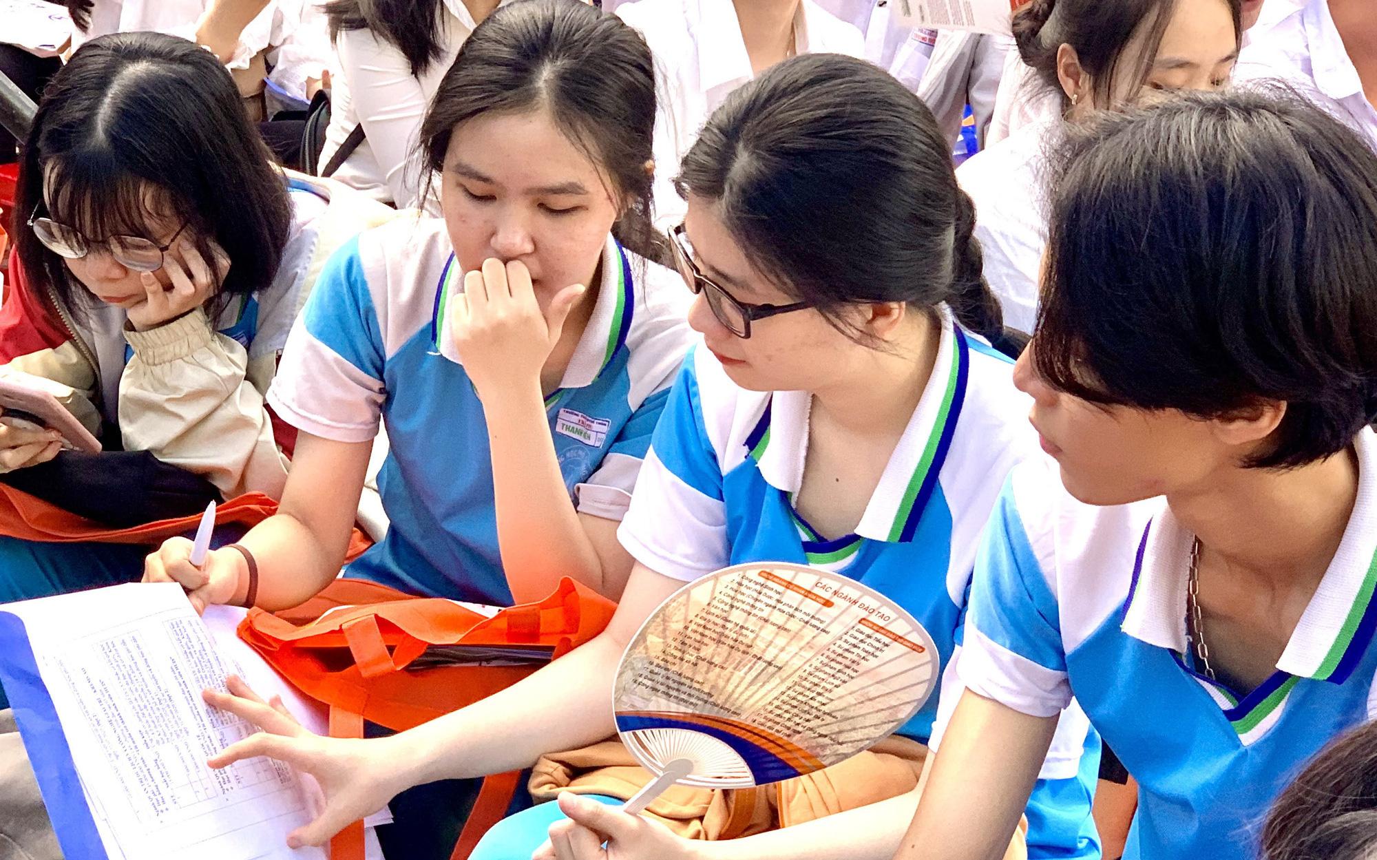 'Căng mình' chuẩn bị phương án thi tốt nghiệp THPT trong dịch COVID-19