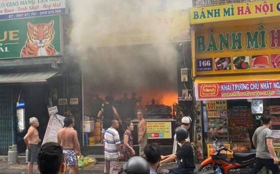 Cháy quán cơm trong khu phố Tây Sài Gòn, kịp cứu 7 người mắc kẹt - Ảnh 2.