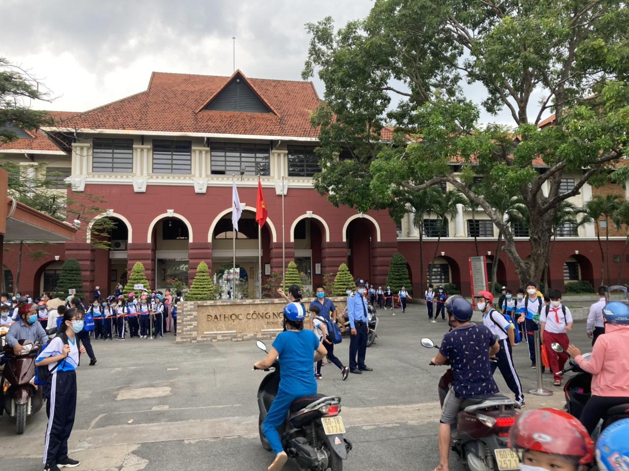 Cấm thì cấm, một trường ở Biên Hòa vẫn bắt 800 học sinh đi học - Ảnh 2.