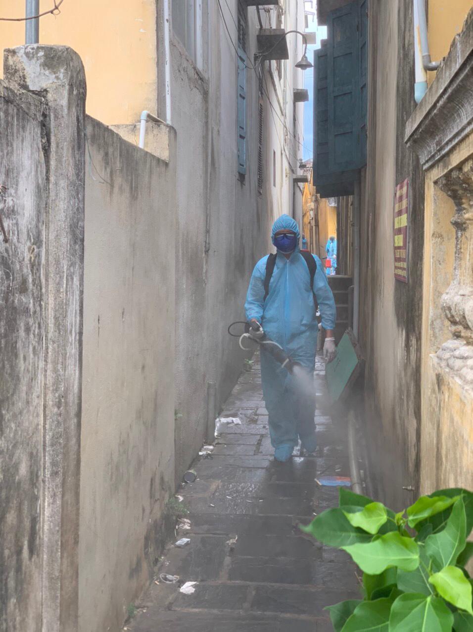 Bộ đội hóa học bắt đầu phun thuốc khử trùng tại phố cổ Hội An - Ảnh 7.