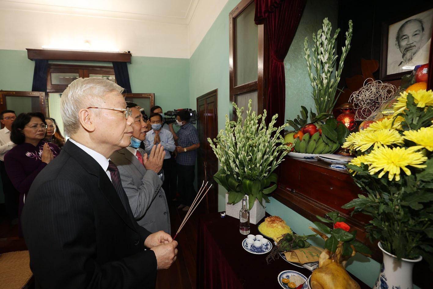 Tổng bí thư, Chủ tịch nước Nguyễn Phú Trọng dâng hương tưởng niệm Chủ tịch Hồ Chí Minh - Ảnh: TTXVN