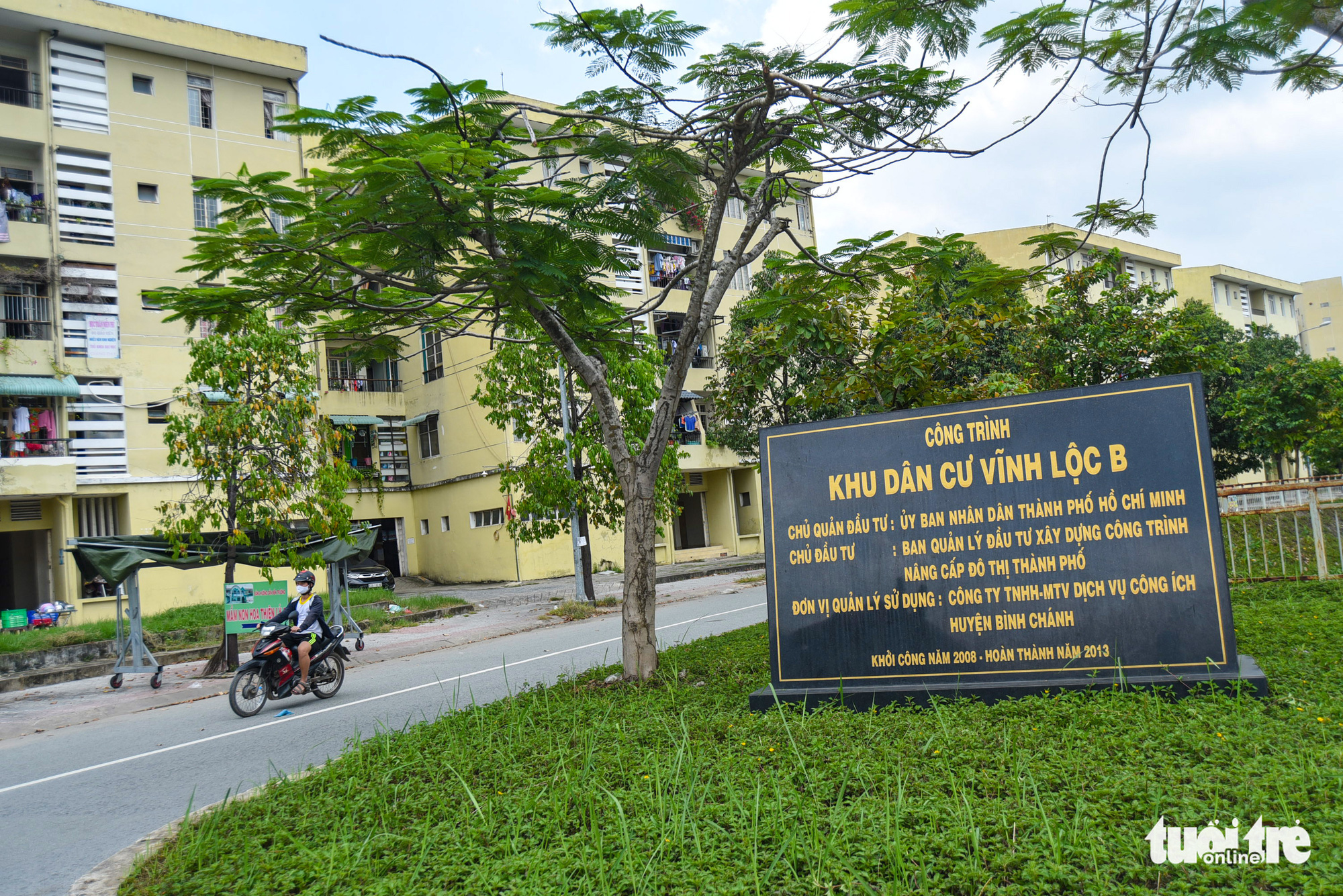 Khu nhà tái định cư Vĩnh Lộc B, Bình Chánh được đầu tư với 2.000 căn hộ, số vốn hơn 1.000 tỉ đồng nhưng thưa thớt người dân tái định cư chuyển về ở - Ảnh: QUANG ĐỊNH