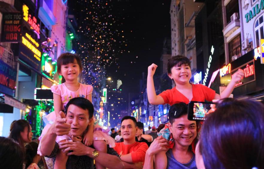 Rực rỡ pháo hoa, Việt Nam đón chào năm 2021 với niềm tin - hy vọng - Ảnh 12.