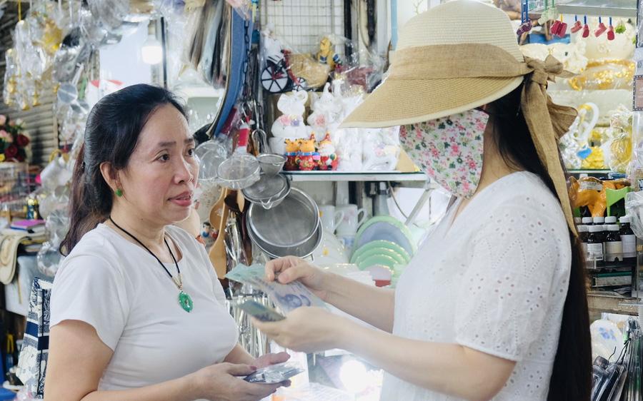 Giáp tết, khách quen tìm tới ủng hộ tiểu thương chợ Bến Thành