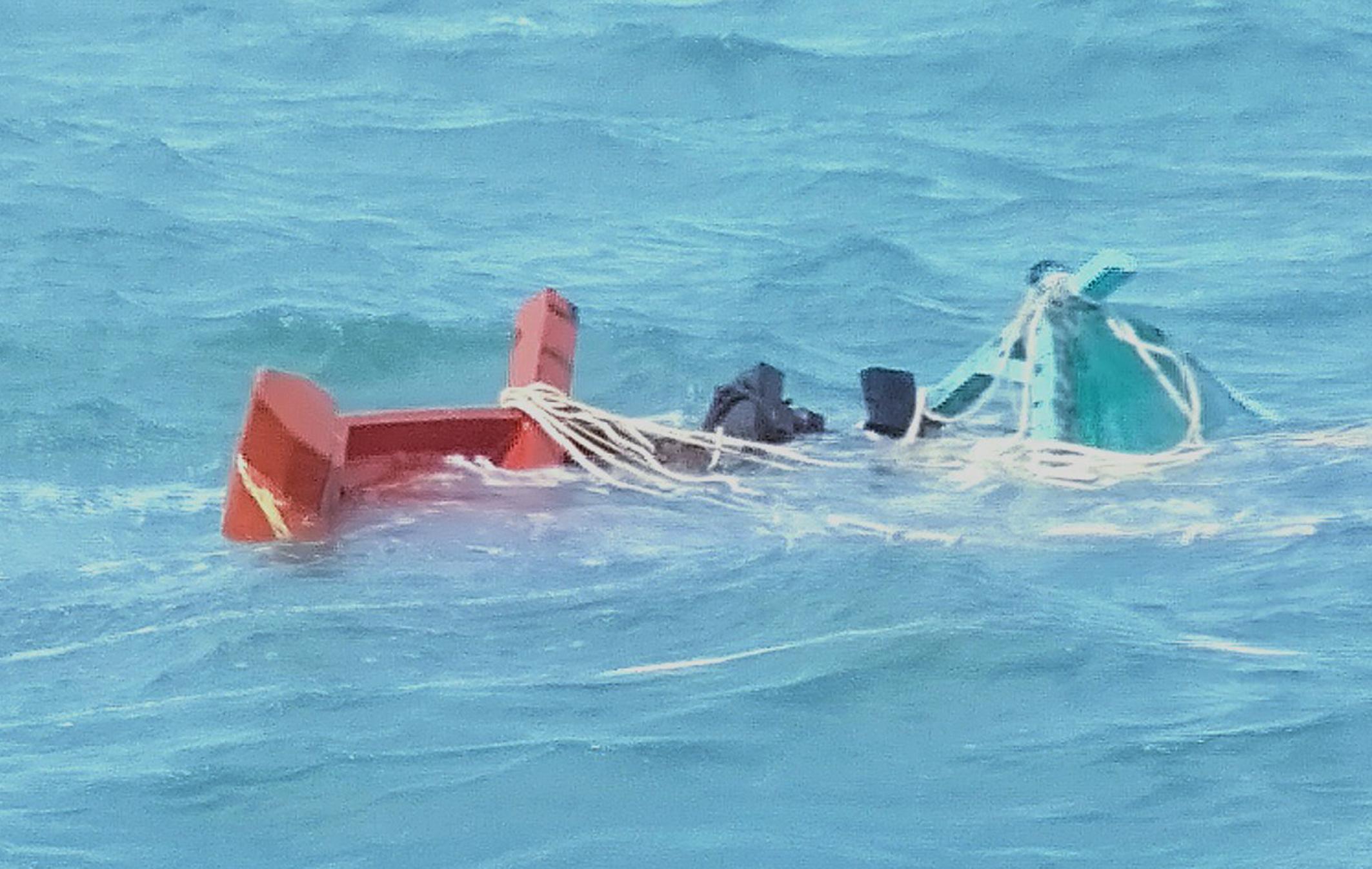 Trắng đêm tìm kiếm kịp thời cứu sống 7 ngư dân chìm tàu trôi trên biển - Ảnh 1.