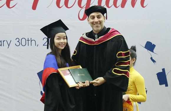 Sinh viên Duy Tân nhận bằng của các đại học Mỹ qua du học tại chỗ - Ảnh 1.