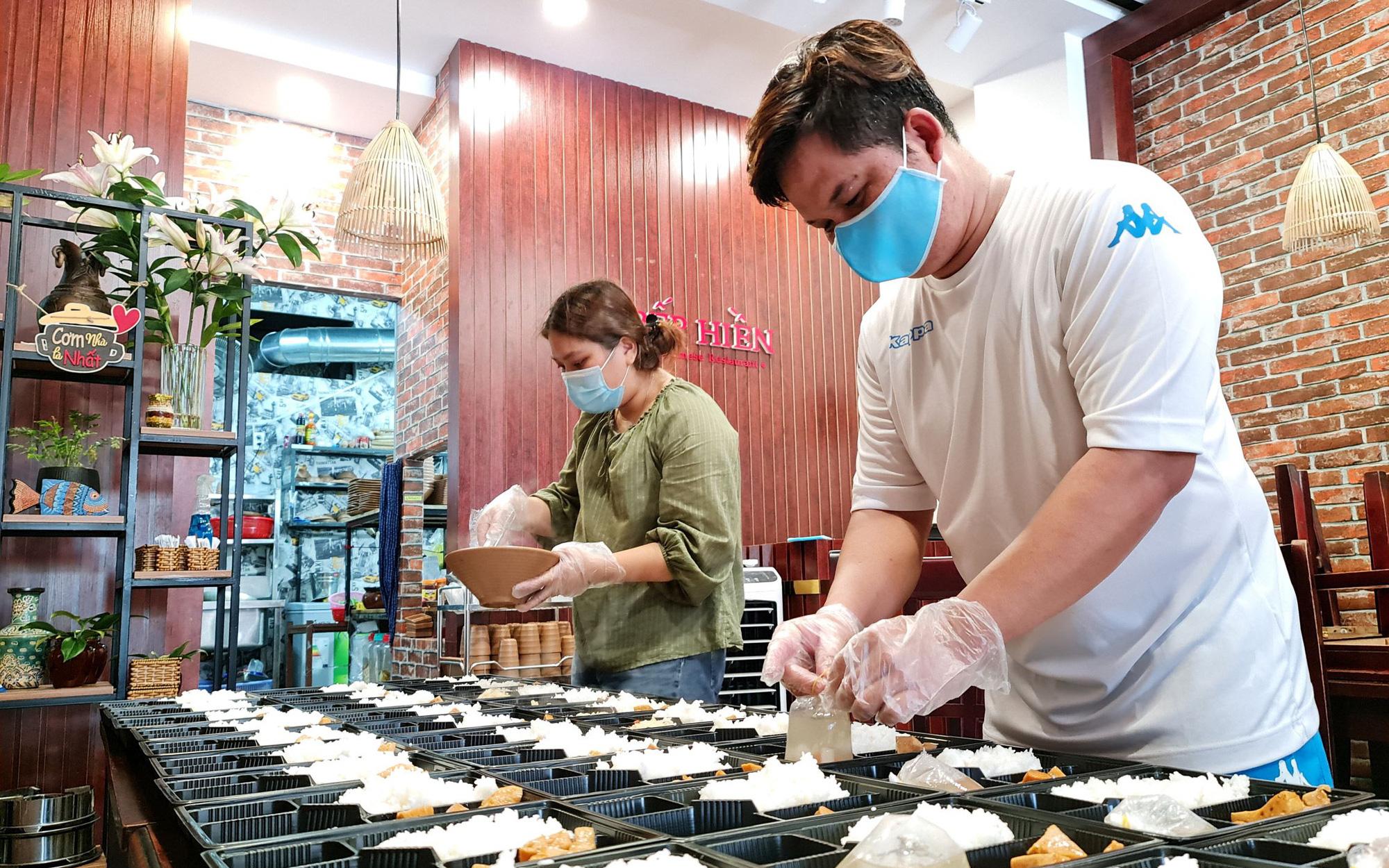 Nhà hàng nấu cơm tặng lực lượng chống dịch