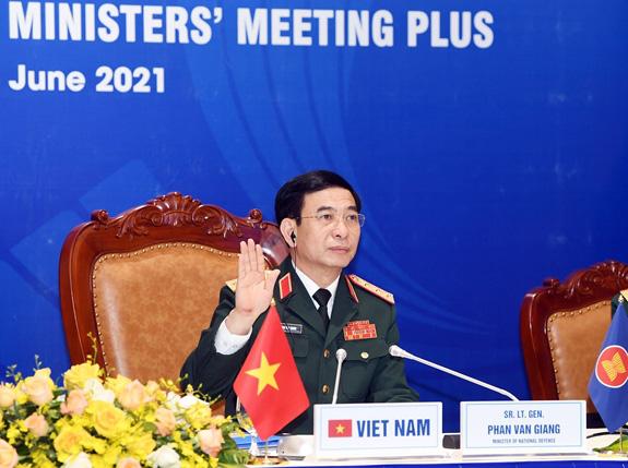Bộ trưởng Bộ Quốc phòng Phan Văn Giang đề cập Biển Đông và nhân đạo với ngư dân - Ảnh 1.