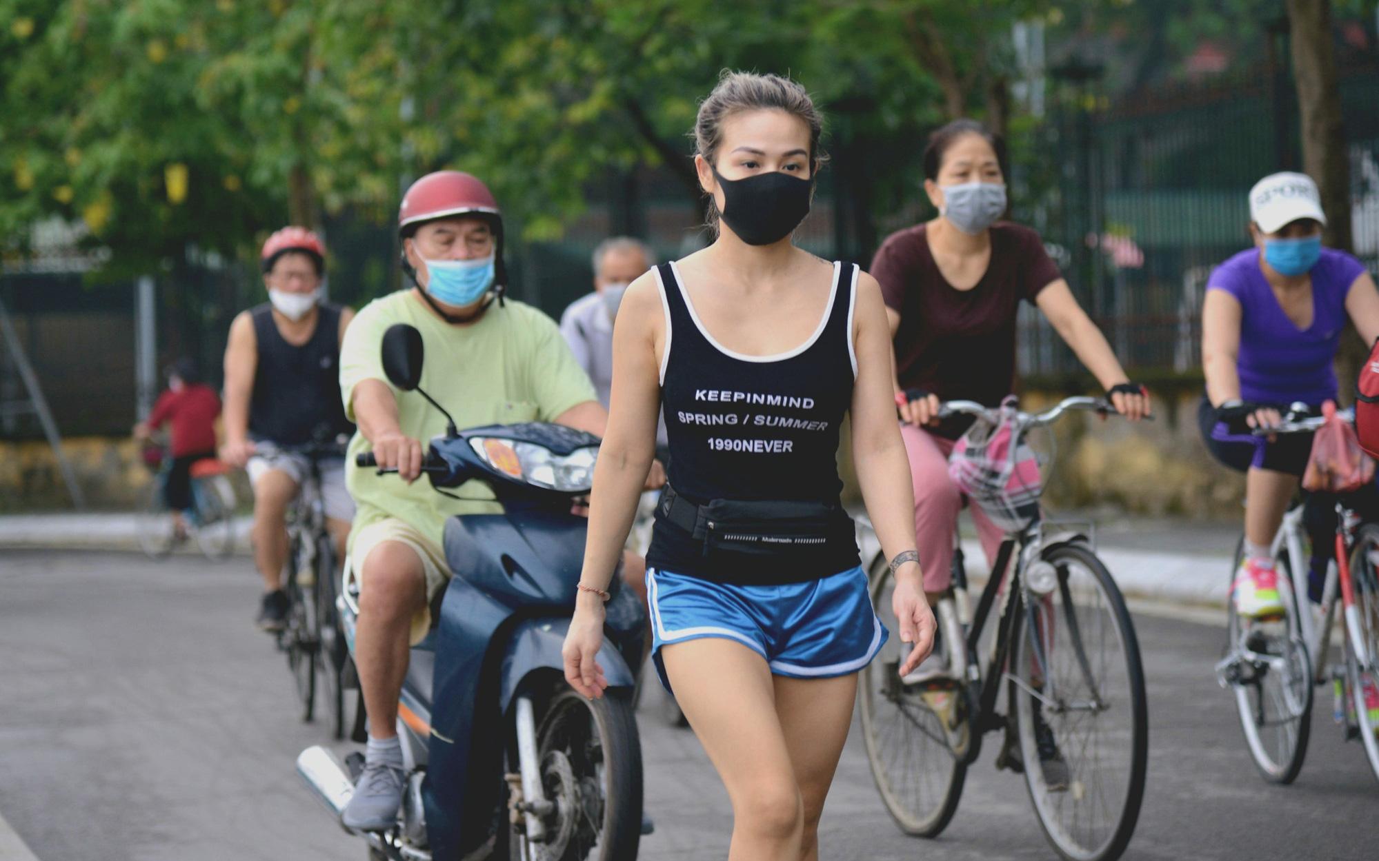 Dân Hà Nội đổ ra đường, đến công viên hít thở khí trời sau nhiều ngày giãn cách