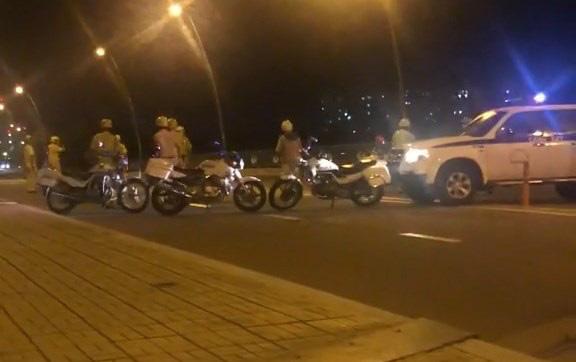 Bị CSGT vây bắt, nhóm quái xế vứt xe nhảy kênh - Ảnh 1.