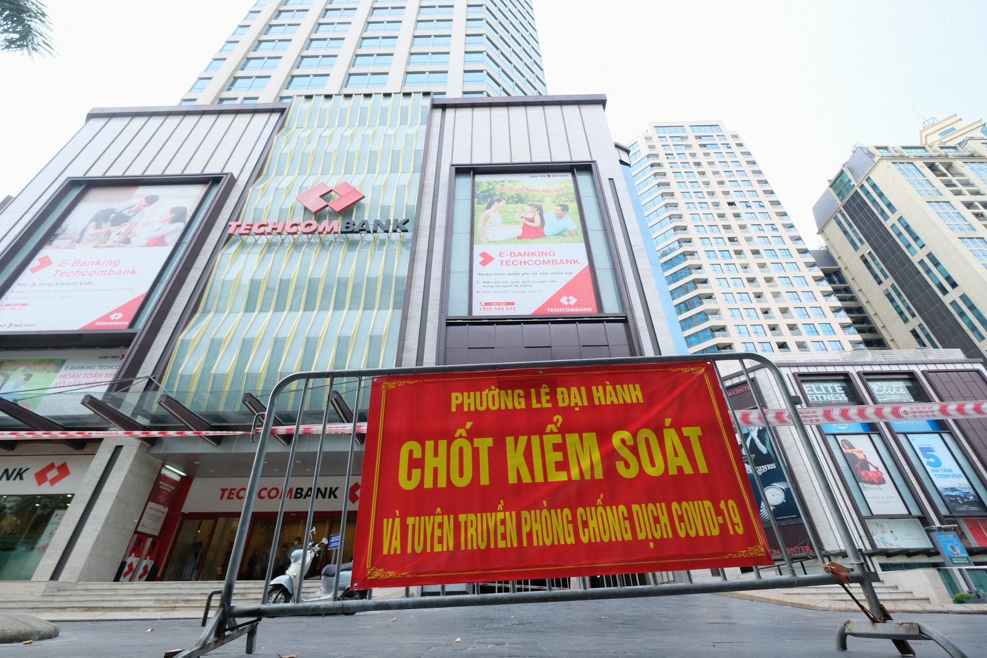 Phong tỏa tạm thời tòa tháp Vincom Bà Triệu - Ảnh 1.