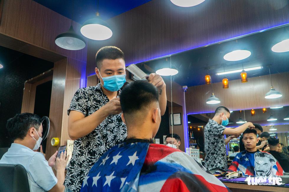 Hà Nội mở lại nhiều dịch vụ từ ngày 21-9, có cắt tóc, gội đầu... - Ảnh 1.