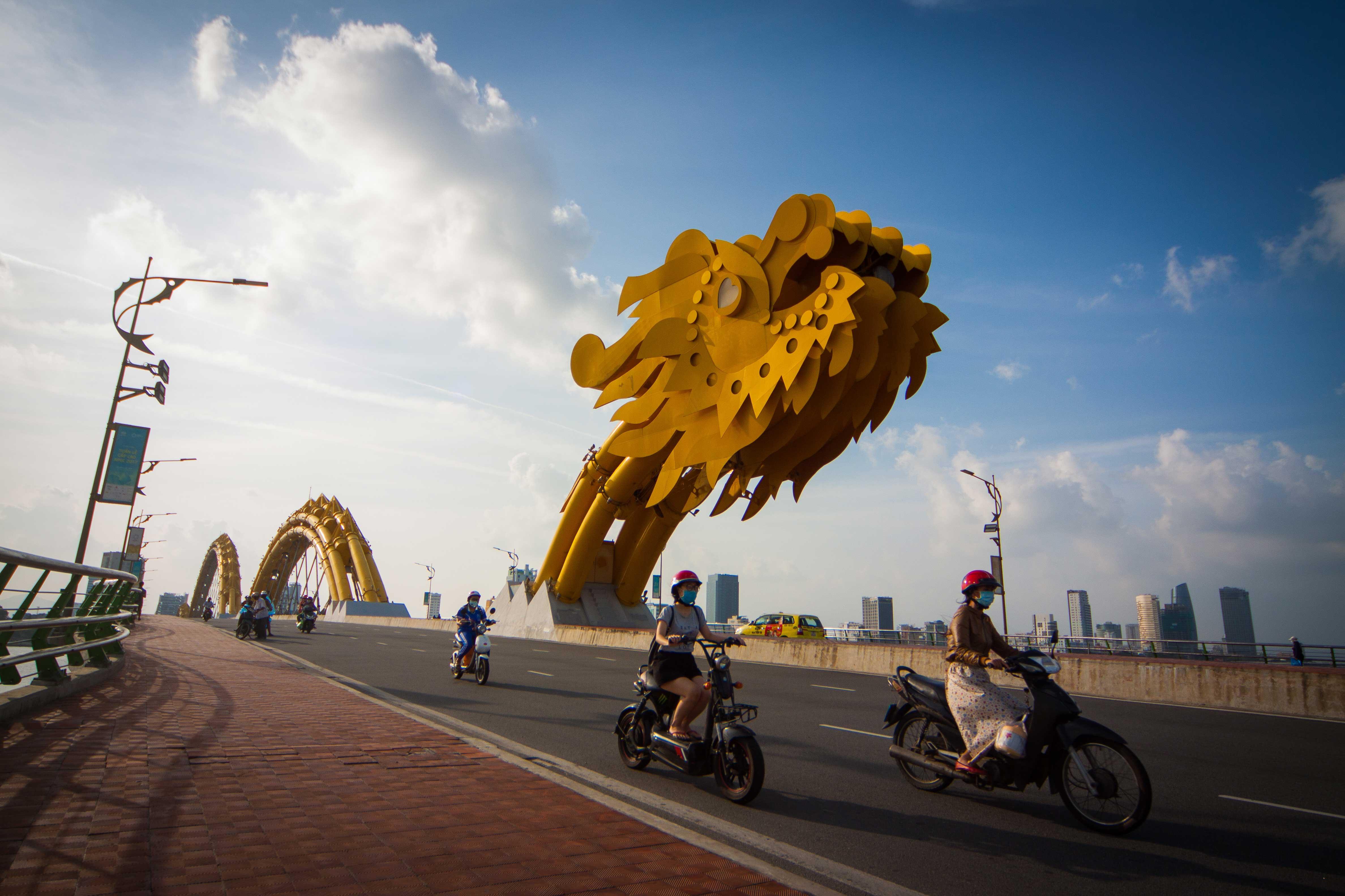 Cầu Rồng, một trong những biểu tượng mới của Đà Nẵng. Ảnh: TẤN LỰC