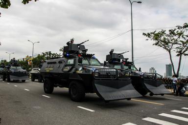 Các lực lượng an ninh phô trương khí tài. Ảnh: TẤN LỰC