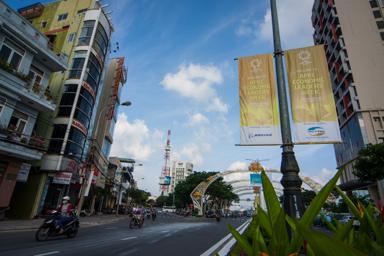 Những pano giới thiệu Tuần lễ cấp cao APEC 2017 xuất hiện dày trên đường phố. Ảnh: TẤN LỰC