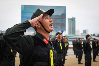 Một chiến sĩ Cảnh sát cơ động đưa tay hô lời thề trung thành. Ảnh: TẤN LỰC