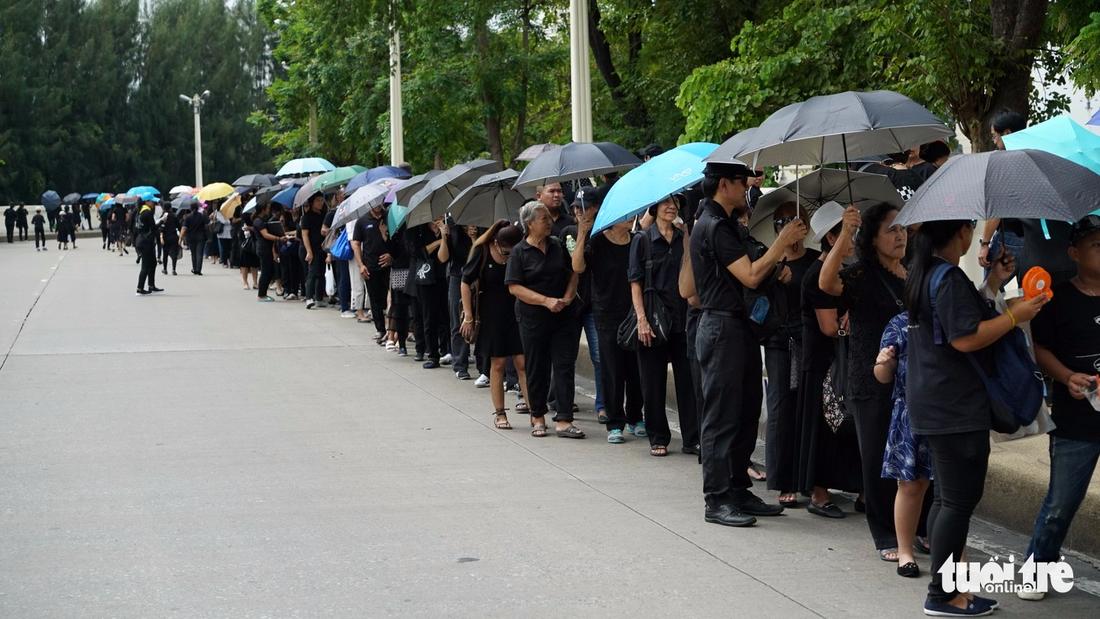 Hàng chục ngàn người Thái xếp hàng nhiều ngày chờ tiễn vua - Ảnh 3.