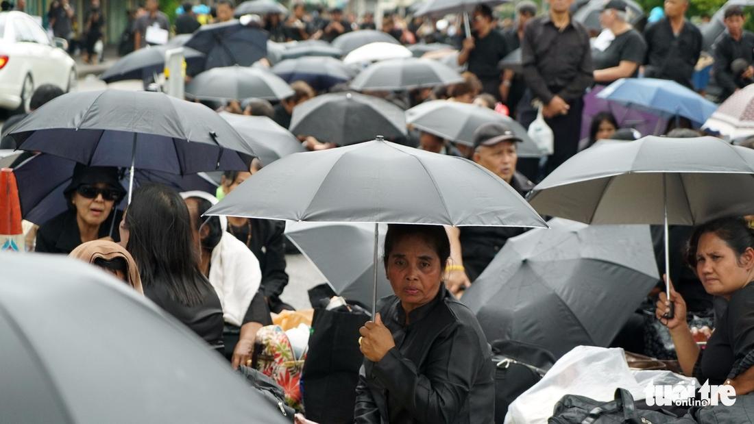 Hàng chục ngàn người Thái xếp hàng nhiều ngày chờ tiễn vua - Ảnh 2.