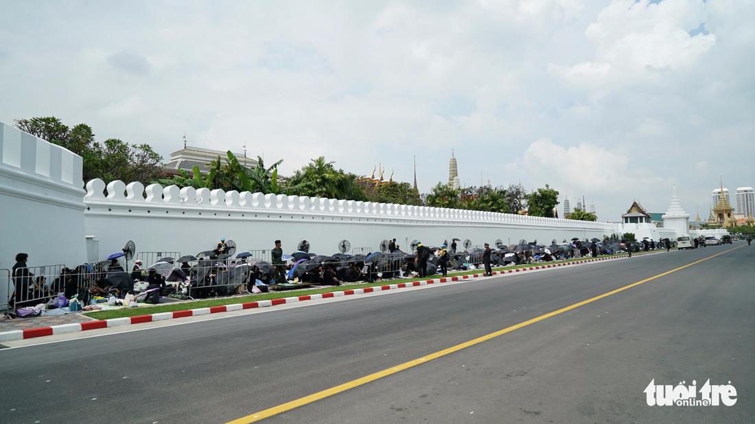 Hàng chục ngàn người Thái xếp hàng nhiều ngày chờ tiễn vua - Ảnh 9.