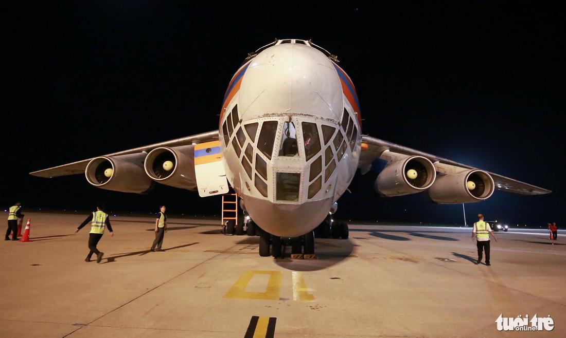 40 tấn hàng cứu trợ của Nga đã đến Cam Ranh - Ảnh 3.